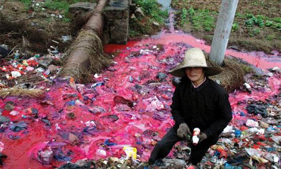 Un río contaminado con tintes textiles